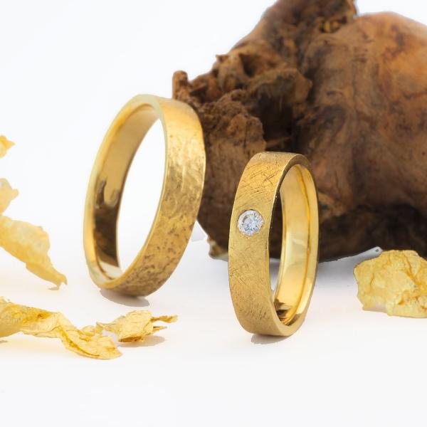 gelbgold geschmiedete Hochzeitsringe mit Diamant im Brillant Schliff