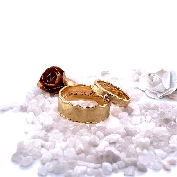 Paarringe in champagner Gold geschmiedet