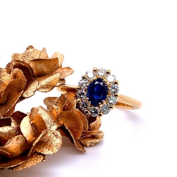 Saphir mit Brillanten umfasst in 18 Karat Gelbgold Entourage Ring
