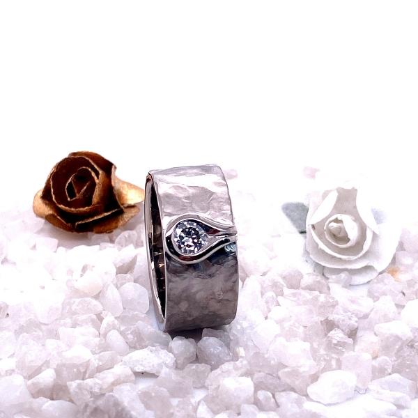 weißgold geschmiedeter Ring mit Brillant